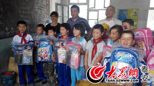 儿童节,把崭新的书包和精美的图书交到同学们手上