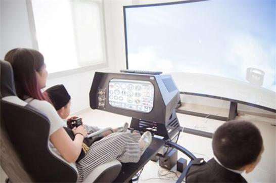 (2016年11月22日 重庆)对许多孩子而言,坐飞机翱翔天际早已不再是遥不可及的梦想,然而,这些大型机械的生产过程和零部件构造却依然充满着神秘色彩。日前,全球英语培训专家英孚青少儿英语在重庆开展了一次特别的语言运用俱乐部活动,资深外教带领学员探访直升机工厂,在此过程中,孩子们不仅增长了见识,开拓了视野,还通过与外教的沟通交流,提高了英语运用能力,增强了表达的自信。 一大清早,孩子们在英孚青少儿英语中心换上了精心准备的飞行员制服,精神满满地出发了!抵达直升机飞行基地后,孩子们首先迎来的是职业女飞行员带来的