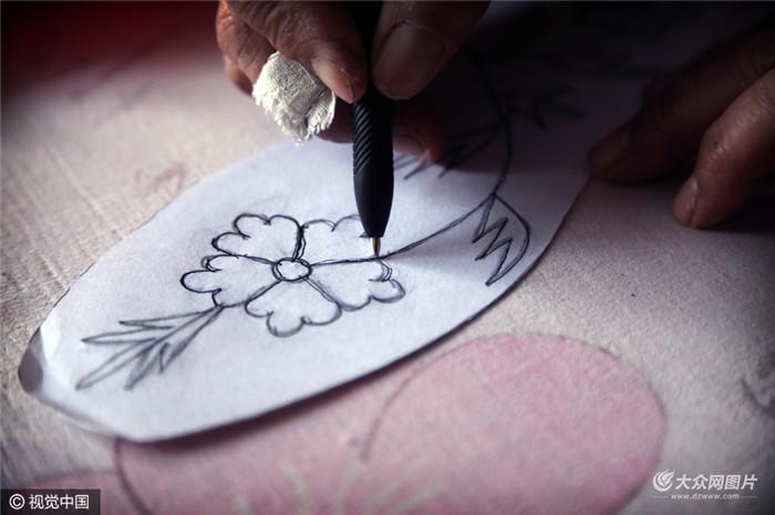 根据自己的需要在纸上画出鞋垫的外形和花样,开始设计图案,图案只