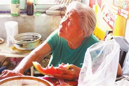 91岁泰安老太捡废品补家用好心人帮她完成愿望