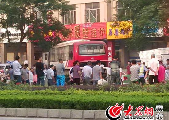 泰安一大客车为躲面包车冲进人行道 无人员伤亡