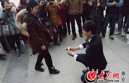 泰安街头上演浪漫求婚 小狗扮演可爱