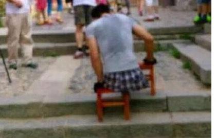 点赞!无腿小伙靠双臂爬2000多级台阶上泰山