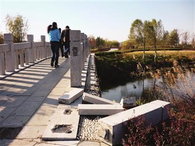 泰安天平湖濕地公園石橋護欄斷裂多日無人管理圖片