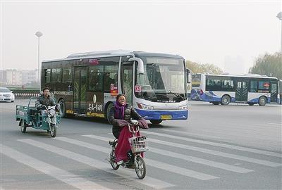 泰安公交车几点�z/i_新增环保型公交车502台 泰安公共交通开出\