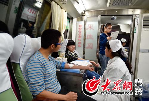 献血车进校园 泰山学院300多学子踊跃献血