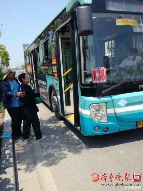 泰安公交车几点�z/i_泰安k38路公交车司机与乘客发生口角 众人纷纷劝解