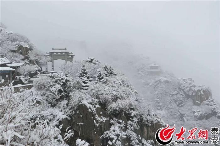 首页泰安新闻       8日早上,泰山风景区发布官方公告:天外村路因雨雪
