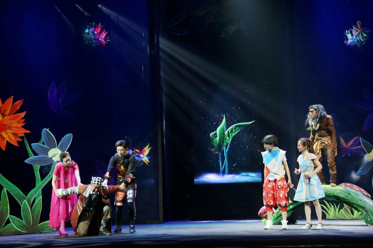 中国儿童艺术剧院的舞台美术设计师,2014年担任大型儿童剧《宝船》的