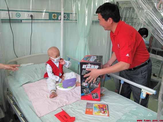 泰安市红十字会儿童节救助20名白血病患儿