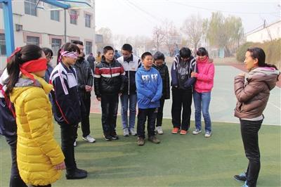 英雄山中学初中部学子义卖 购物品捐献盲童图片
