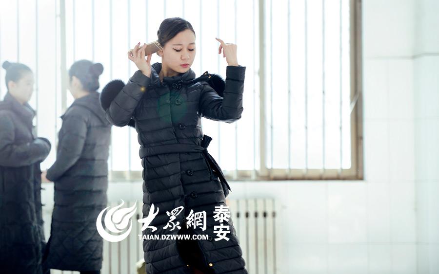 考生正在专心练习舞蹈动作。