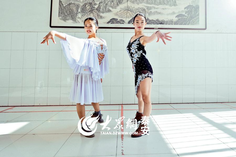 考生正在认真练习舞蹈动作。