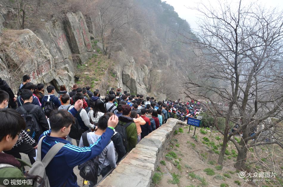 2016年04月02日,山东省泰安市,泰山风景区,清明小长假第一天,景区内游客数量爆满。(图片作者:韩保森)