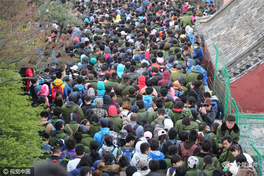 5月01日,山东省泰安市,五月一日,泰山迎来小长假客流高峰。(图片来源:视觉中国)