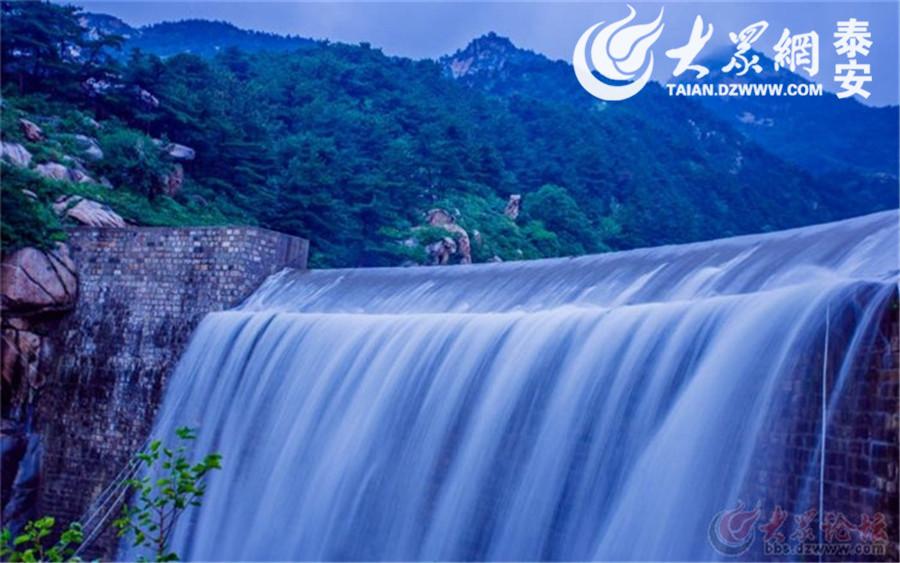 """上天洒下的甘霖,平添了泰山的灵性与秀气。(图片来源:大众网拍客""""大森林-泰山"""")"""