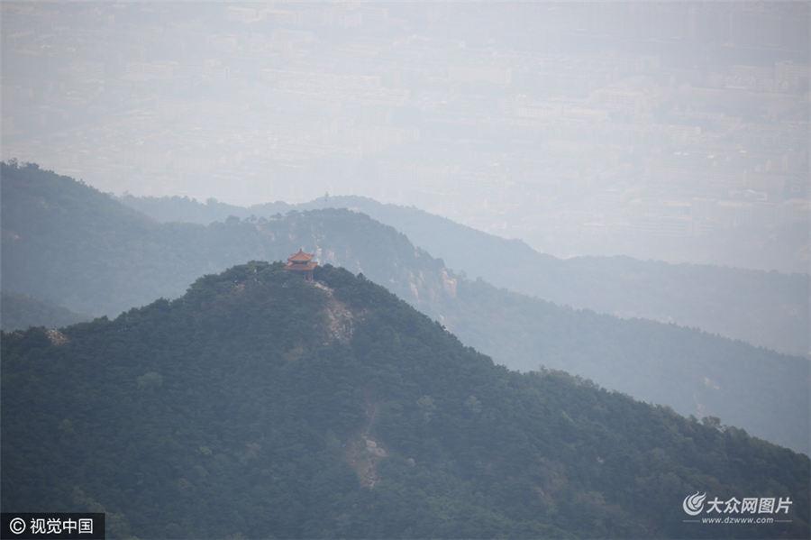 9月30日,山东省泰安市,十一黄金周前三天共有来自全国各地的十多万游客登顶泰山。泰山极顶天象犹如海市蜃楼,让游客大饱眼福。