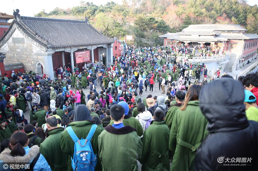 年10月5日,山东泰安,如潮的游人在泰山景区游玩。