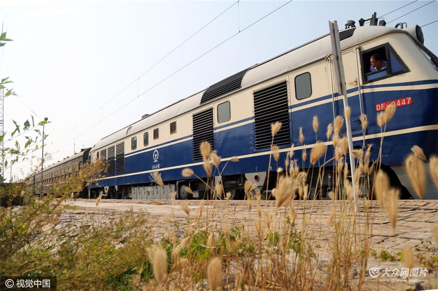 """在这个无论什么都讲究提速的时代,这个绿皮火车仍保持着它慢悠悠的步伐,人们也给只有4节车厢的它冠上了""""中国最慢的绿皮小火车""""的昵称。"""