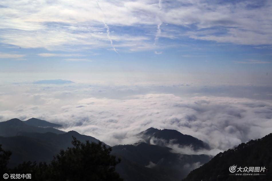 10月25日,山东省泰安市,一场降雨过后,群山被白云浓雾吞没,奔腾翻涌极为壮观。