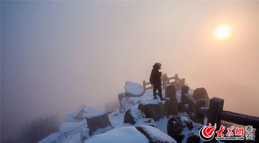 """一场雨雪过后,巍巍泰山银装素裹格外妖娆。图片作者:大众网拍客""""长城永不倒"""""""
