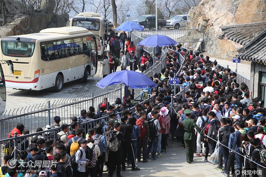 4月3日,清明小长假第二天,山东泰山迎来游客高峰,在天外村和中天门乘车处,上下山游客排起了长龙。