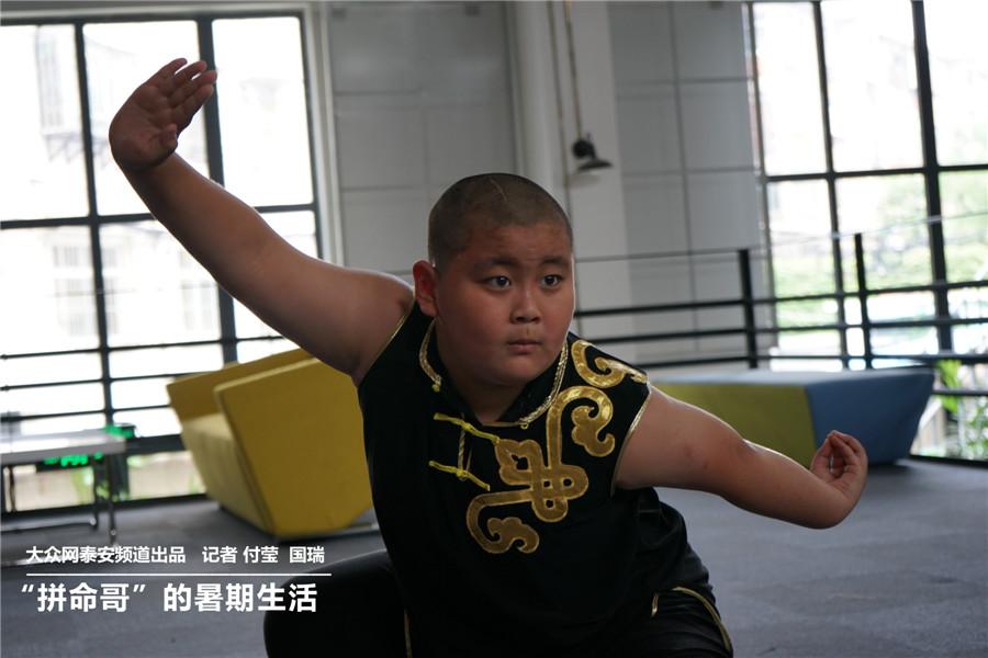 """山东泰安,9岁的小学生李星泽顶着室外35度的高温,在9个培训班之间马不停蹄地赶场。游泳、相声、模特、钢琴、作文、英语……妈妈杜女士望子成龙,希望其成为""""童星"""",对其训练十分严格。.jpg"""