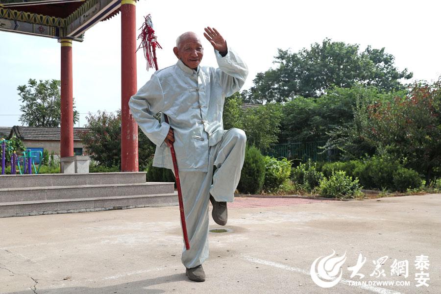 张锡海老人是名建国前老党员,1948年入党,曾经当过部队里的通讯员,村生产队里的会计。