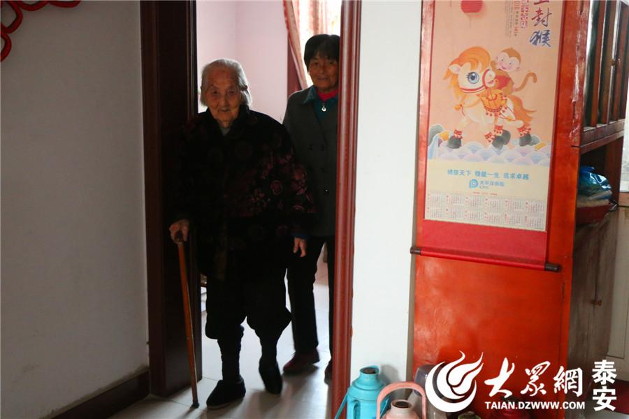 泰安东平县东平街道一担土社区王李氏老人前几天刚过完96岁大寿的王李氏出生于1921年,如今已是五世同堂。