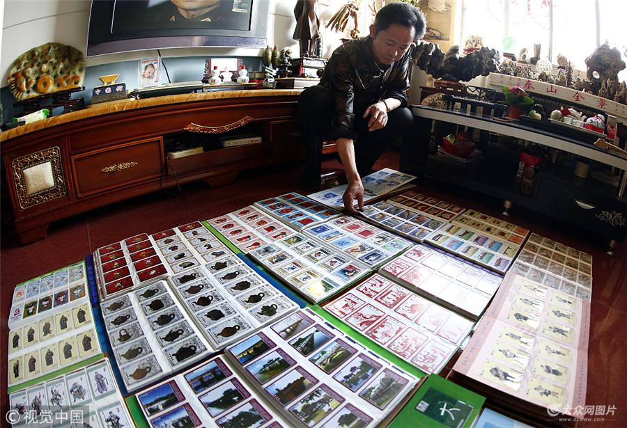 """还记得以前打电话用的那张电话充值卡吗?如今,随着手机的兴起,电话卡早已淡出了人们的生活圈。但在山东泰安,市民王先生竟收藏了上万张电话卡,人称""""卡王""""。图片作者:邱比/视觉中国"""