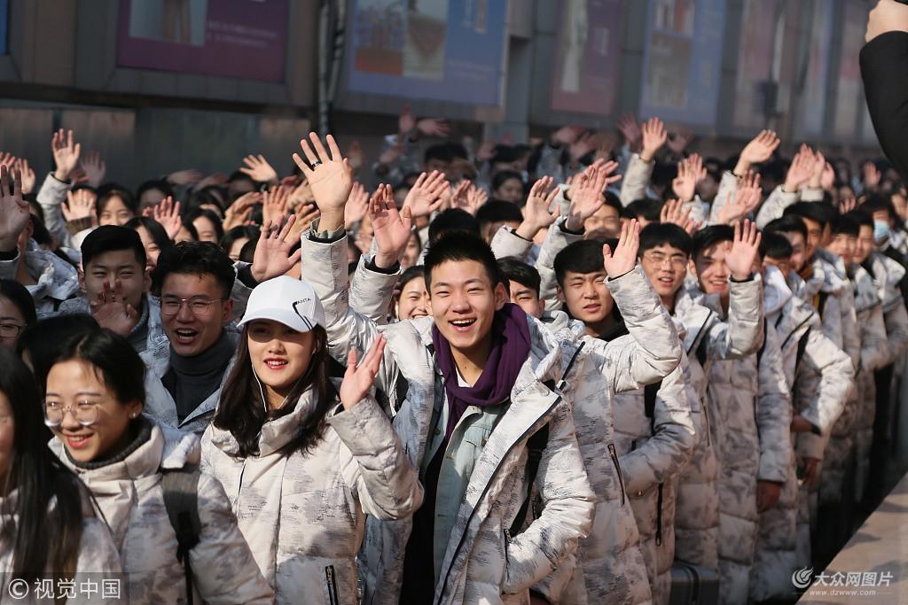 2月23日,山东泰安某模特培训中心400余名学员集体乘车分赴济南、青岛、潍坊、淄博考点参加服装表演及空乘专业艺考。